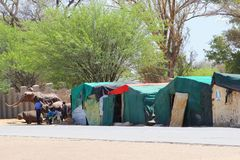 Marché africain de sculptures sur bois en personnes, Okahandja, Namibie Photographie stock