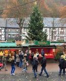 Marché allemand de Noël avec des personnes Photographie stock libre de droits