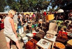 Marché aux puces avec des personnes choisissant des meubles de vintage Image libre de droits