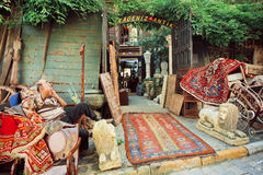 Marché aux puces avec les meubles antiques et les tapis asiatiques Photos stock