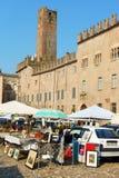 Marché aux puces de Mantua dans Piazza Sordello Images stock