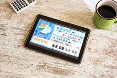 Marché boursier commerçant l'APP sur une tablette Photographie stock libre de droits