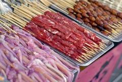 Marché chinois de nourriture - kebabs Photographie stock libre de droits