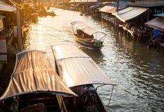 Marché d'Amphawa de visite de bateau en Thaïlande Image libre de droits