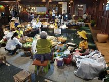 Marché d'intérieur de l'eau de stolls multiples de nourriture photos libres de droits