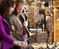 Marché d'intérieur l'explorant et de achat de jeunes couples. Photo libre de droits