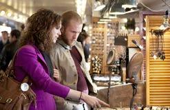 Marché d'intérieur l'explorant et de achat de jeunes couples. Image libre de droits