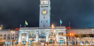 Marché de bâtiment de ferry la nuit, San Francisco image stock