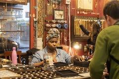 MARCHÉ DE CHELSEA, NEW YORK CITY, ETATS-UNIS - 14 MAI 2018 : Femme vendant des bijoux en Chelsea Market photographie stock
