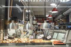 MARCHÉ DE CHELSEA, NEW YORK CITY, ETATS-UNIS - 14 MAI 2018 : Jeune femme, magasin, travailleur de magasin en Chelsea Market photos stock