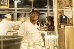MARCHÉ DE CHELSEA, NEW YORK CITY, ETATS-UNIS - 14 MAI 2018 : Personnel de Chelsea Market pendant le temps de travail images stock