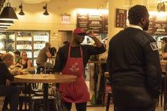 MARCHÉ DE CHELSEA, NEW YORK CITY, ETATS-UNIS - 14 MAI 2018 : Personnel de Chelsea Market pendant le temps de travail photographie stock libre de droits