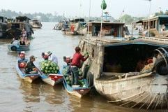Marché de flottement de Cai Rang, voyage de delta du Mékong Images libres de droits
