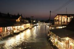 Marché de flottement de la Thaïlande Amphawa la nuit image stock