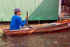 Marché de flottement de Mayom de laboratoire de Khlong Un thaïlandais local est un négociant de nourriture qui vend la nourriture photos stock
