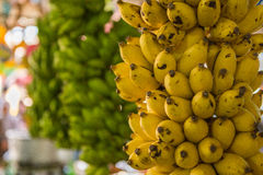 Marché de fruit avec de divers fruits frais colorés image stock