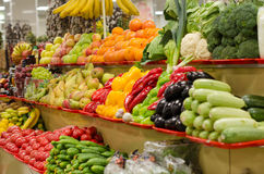 Marché de fruit avec de divers fruits frais et légumes colorés photos libres de droits