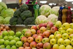 Marché de fruit avec de divers fruits frais et légumes colorés photographie stock