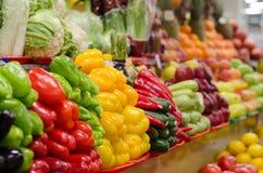 Marché de fruit avec de divers fruits frais et légumes colorés Photos stock
