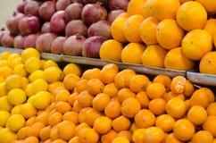 Marché de fruit avec des fruits frais images stock