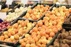 Marché de fruit avec de divers fruits frais et légumes colorés Concept de nourriture photographie stock libre de droits