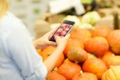 Marché de fruit avec de divers fruits frais et légumes colorés Concept de nourriture Photos libres de droits
