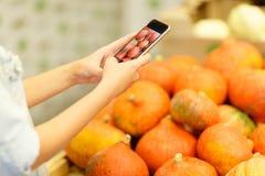Marché de fruit avec de divers fruits frais et légumes colorés Concept de nourriture Images libres de droits