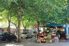 Marché de fruit sur la rue au centre d'Omis Croatie photos libres de droits