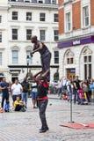Marché de jardin de Covent, achats populaires et site touristique, exposition des interprètes de cirque noirs sur la rue, Londres Photographie stock