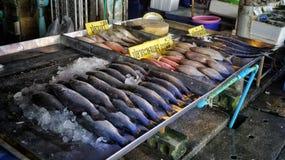 Marché de la Thaïlande avec des poissons Photos stock