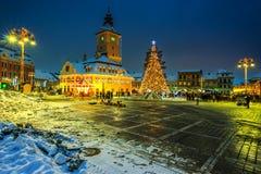 Marché de Noël avec l'arbre décoré au centre de la ville, Brasov Photographie stock libre de droits