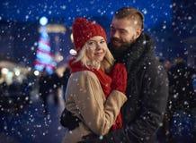 Marché de Noël avec la personne affectueuse Photographie stock libre de droits