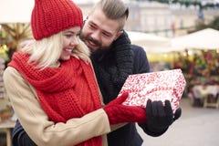 Marché de Noël avec la personne affectueuse Photo stock