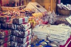 Marché de Noël avec les bonbons délicieux Photos stock