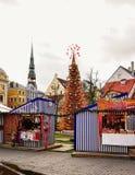 Marché de Noël de Riga avec le clocher de Peter Church de saint Photos libres de droits
