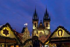 Marché de Noël et église de Tyn à Prague Photos stock