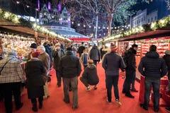 Marché de Noël Les gens faisant des emplettes aux stalles Place de Leicester, Lonon Image libre de droits