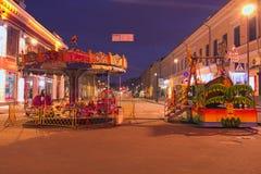Marché de Noël sur la place de la place de Kontaktova de contacts Carrousel avec des héros de conte de fées photographie stock libre de droits