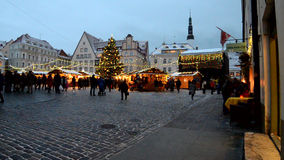 Marché de Noël sur la ville Hall Square à Tallinn banque de vidéos
