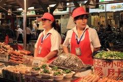 Marché de nourriture de nuit de Donghuamen à Pékin : Légume photos stock