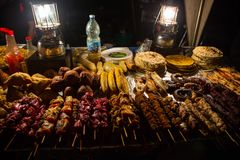 Marché de nourriture de rue de nuit de Zanzibari dans des jardins de Forodhani Ville en pierre, ville de Zanzibar, île d'Unguja,  photos stock