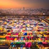 Marché de nuit avec la nourriture de rue à Bangkok Photo libre de droits