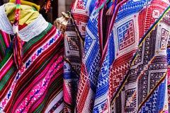 Marché de Pisac, poncho péruvien folklorique, Pérou photo stock