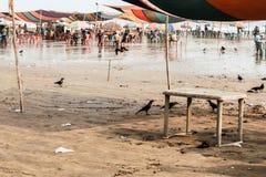 Marché de plage serré des touristes et des vendeurs dans Mandarmani, le Bengale-Occidental pendant le nouveau images stock