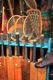 Marché de Portobello à Londres, R-U - 15 février de 2015 : Le détail des dispositifs d'un tennis antique et de cricket font des e Images stock