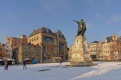 Marché de vendredi couvert dans la neige un jour ensoleillé d'hiver images stock