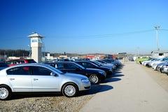 Marché des voitures d'occasion d'occasion dans la ville de Vilnius Image libre de droits