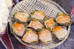 Marché en plein air asiatique vendant le gâteau doux de mangue au Vietnam Photo stock