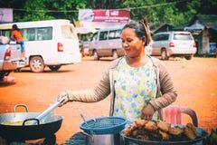 Marché en plein air avec des cascades de Kbal Chhay de nourriture et de souvenirs près de Sihanoukville, Cambodge Images stock