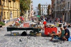 Marché en plein air d'antiquités un jour ensoleillé Images libres de droits